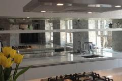 Кухонный фартук с зеркальной поверхностью