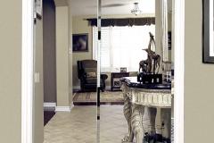 Распашная двустворчатая зеркальная дверь