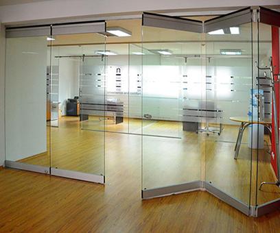 Складные стеклянные двери